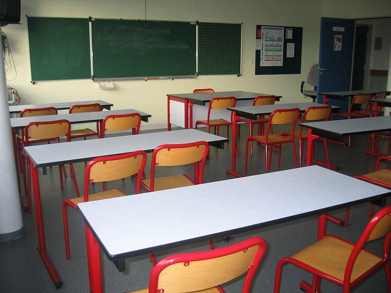 Salle de classe - Tableau - Tables - Chaises - École - Apprendre - SchoolMouv - Sciences - CP