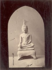 KITLV 87610 - Isidore van Kinsbergen - Buddha sculpture at Telaga in Kuningan - Before 1900.tif