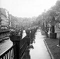 Karlovy Vary Város, Csehország. Mlýnské nábřeží és a Teplá folyó, szemben jobbra a Malomkút kolonnád. - Fortepan 7781.jpg
