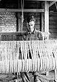 Kleine pachtboeren (crofters) in de Schotse Hooglanden man achter een weefgetou, Bestanddeelnr 191-0721.jpg