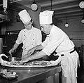 Koks aan het werk in de keuken van restaurant Wivex, Bestanddeelnr 252-9138.jpg