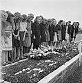 Kranslegging op het soldatenkerkhof Margraten (L.) . Schoolkinderen (meisjes) bi, Bestanddeelnr 900-4874.jpg