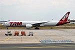 LATAM Brasil, PT-MUE, Boeing 777-32W ER (44341898662).jpg