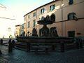 La piazza del duomo con la fontana.JPG