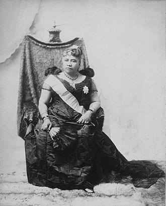 Liliuokalani - Image: Liliuokalani sitting on chair draped with feather cloak