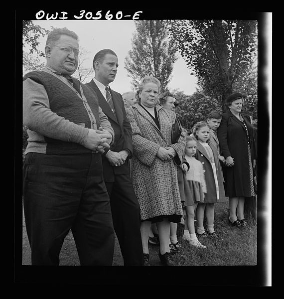 File:Lithuanian-Americans attending Memorial Day mass in the Lithuanian cemetery 8d30391v.jpg
