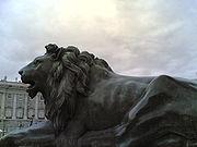 Estátua de um leão em frente ao Palácio Real de Madrid