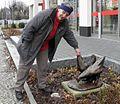 Margit Schötschel Biesenthal mit skulptur Hühner ausschnitt (2)2012-11-27 ama fec.jpg