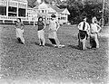 Meisjes zijn aan het zaklopen op het terrein van de ijsclub, Bestanddeelnr 252-0626.jpg