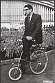 Mensen op fietsen met name vouwfietsen. Man met vouwfiets, Bestanddeelnr 046-0452.jpg