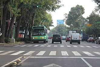 Servicio de Transportes Eléctricos - A trolleybus using a trolleybus-only contraflow lane on Eje Central