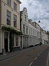foto van Huis met geverfde trapgevel, de treden afgedekt met natuursteen