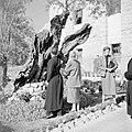 Monnik en gelovigen in de hof van Gethsemane, Bestanddeelnr 255-5279.jpg