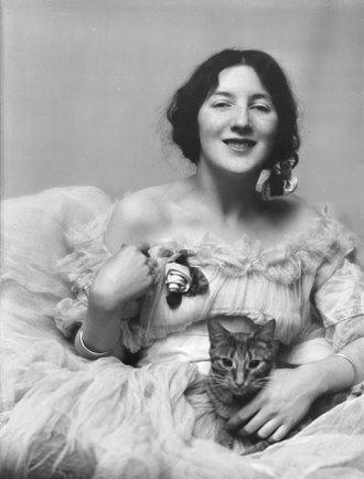 Audrey Munson - Munson with Buzzer the cat (1915)