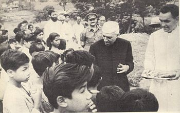 Jawaharlal Nehru hands out sweets to students ...