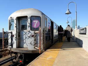 33rd Street–Rawson Street (IRT Flushing Line) - Image: New York City MTA 7 subway at 33rd and Rawson