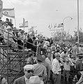 Onafhankelijkheidsdag (15 mei) Publiek op een tribune met vlaggemasten langs de, Bestanddeelnr 255-4660.jpg