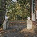 Overzicht hek met hekpijlers tegen het huisnaast het huis - Glimmen - 20380168 - RCE.jpg