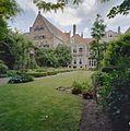 Overzicht tuin met achtergevel en naastgelegen pand - Deventer - 20335646 - RCE.jpg