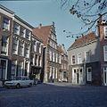 Overzicht van de voorgevel met trapgevel en de voorgevels van de buurpanden - Leiden - 20382195 - RCE.jpg