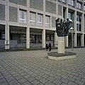 Overzicht van het beeldhouwwerk op zuil van Andre Schaller, genaamd het Salomons Oordeel, staat op het plein voor de ingangspartij - Arnhem - 20389486 - RCE.jpg