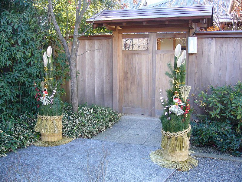 Файл:Pair gate with pine branches for the New Year,kadomatsu,katori-city,japan.JPG