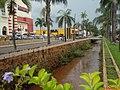 Paisagem que irá mudar na Avenida Antônio Paschoal em Sertãozinho, com o início das obras de alargamento do Córrego Sul, também chamado de Ribeirão do Sertãozinho. Ponte da Rua Epitácio Pessoa em d - panoramio.jpg