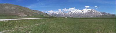 La Piana di Castelluccio a maggio con in fondo il Monte Vettore
