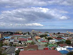 Quang cảnh thành phố Punta Arenas. In the background the Strait of Magellan and the north bờ biển của Tierra del Fuego (Isla Grande De Tierra del Fuego)