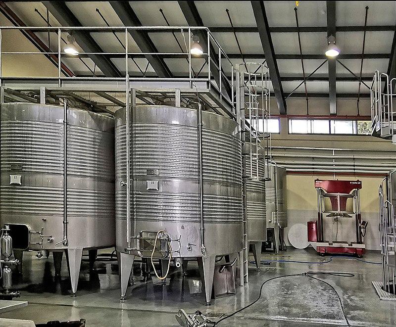 מיכלי יין ביקב קסטל