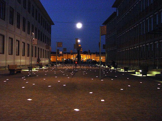 https://upload.wikimedia.org/wikipedia/commons/thumb/d/d6/Platz_der_Grundrechte_bei_Nacht.JPG/640px-Platz_der_Grundrechte_bei_Nacht.JPG?uselang=de
