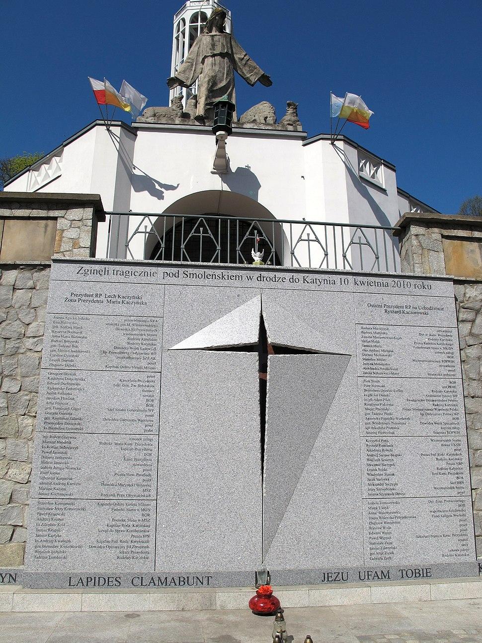 Podlaskie - Białystok - Białystok - św. Rocha - Koścół św. Rocha - Tablica ofiarom katastrofy smoleńskiej 20120428 05
