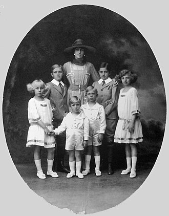 Victoria Eugenie of Battenberg - Queen Victoria Eugenie, in 1918, with her six children: (from left to right) Infanta Maria Cristina, Alfonso, Prince of Asturias, Infante Gonzalo, Infante Juan, Infante Jaime and Infanta Beatriz.
