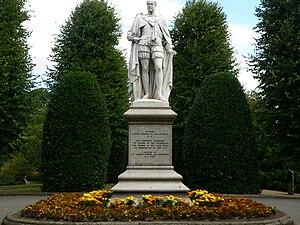 Richard Grosvenor, 2nd Marquess of Westminster - Statue of Grosvenor wearing his garter robes