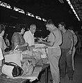 Reizigers met hun bagage en souvenirs bij de douane in een loods in de haven, Bestanddeelnr 255-2196.jpg