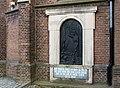 Reliëf oorlogsmonument in de muur van de kerk te Bavel..jpg