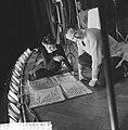 Repetitie Wim Kan voor zijn oudejaarsprogramma, Wim Kan met levensgroot spiekbr, Bestanddeelnr 911-9267.jpg