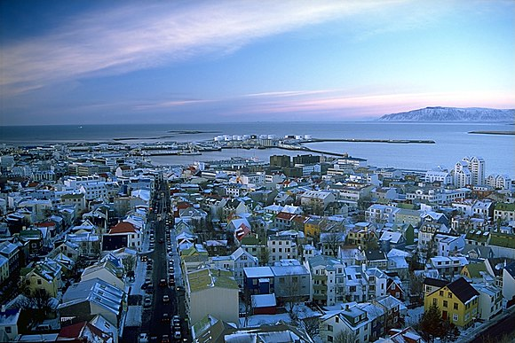 https://upload.wikimedia.org/wikipedia/commons/thumb/d/d6/Reykjav%C3%ADk_s%C3%A9%C3%B0_%C3%BAr_Hallgr%C3%ADmskirkju.jpeg/580px-Reykjav%C3%ADk_s%C3%A9%C3%B0_%C3%BAr_Hallgr%C3%ADmskirkju.jpeg