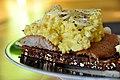 Ristet rugbrød med røget sild, røræg og skalotteløg (4315325951).jpg