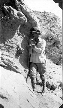 Rudolf Stahlecker at skull of Scalochrinotherium.jpg