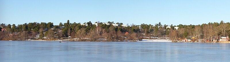 Det det Det sydlige Ängby med Ängbyhøjden og Ängbybadet fra Mälarens is, februar 2011.