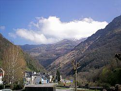 Sarrance se détachant sur la vallée d'Aspe