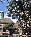 Schule auf der Uhlenhorst, Übergang zur Heilandskirche.jpg