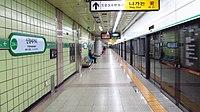 Seoul-metro-234-3-Sinjeongnegeori-station-platform-20181121-102204.jpg