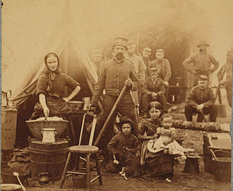 1862 photograph of Camp follower with her 31st Pennsylvania Infantry Regiment soldier/husband and their three children Sezession wom 02.jpg