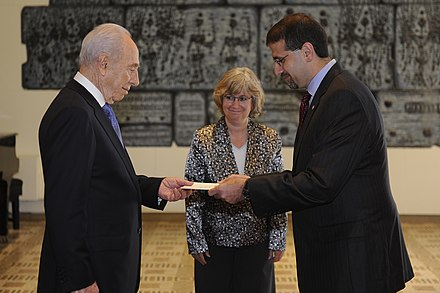 Daniel B. Shapiro, U.S. ambassador to Israel, presents his credentials to Israeli president Shimon Peres on 3 August 2011 Shapiro presenting credentials to Peres 2011-08-03.jpg