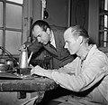Sigvard Bernadotte bij een zilversmid die de door hem ontworpen koffiekan aan he, Bestanddeelnr 252-8880.jpg
