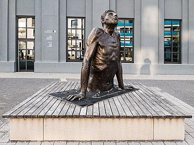 Skulptur auf dem Egeria Platz in Tübingen von vorne.jpg