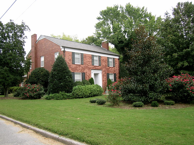 File:Southern Colonial with attractive lawns.JPG