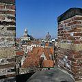 Stadsgezicht naar het noorden met twee kerken vanaf de Burcht, gezien tussen twee kantelen door - Leiden - 20382108 - RCE.jpg